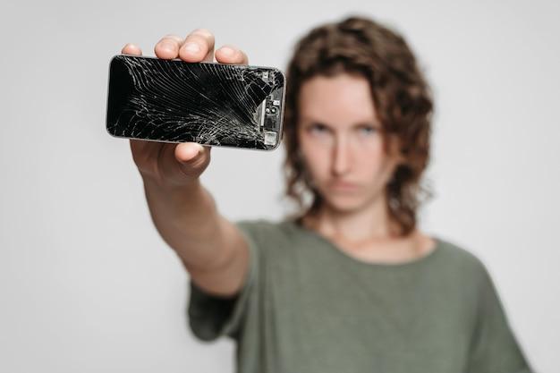 Une femme bouclée doit réparer son smartphone cassé après un accident