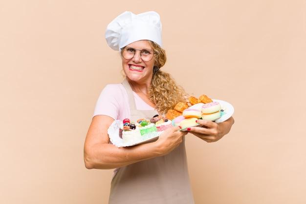 Femme de boulanger d'âge moyen aux longs cheveux bouclés isolé