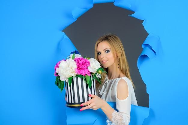 Femme avec bouquet de fleurs bouquet prenent vacances fleurs present valentines day womens day