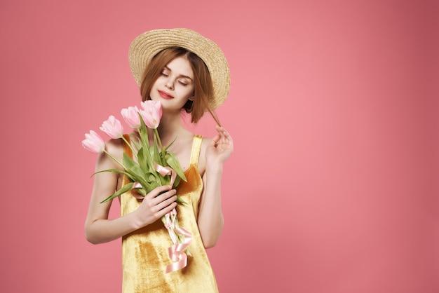 Femme avec bouquet de fleurs décoration mode d'été luxe
