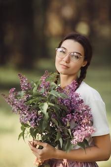 Femme, bouquet, fleurs, dehors, ville, parc
