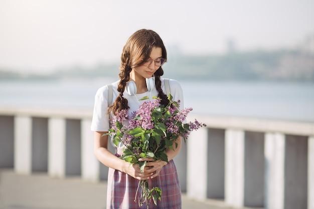 Femme, bouquet, fleurs, dehors, ville, rue