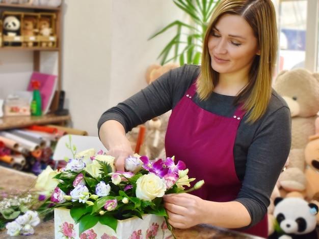 Femme et bouquet de fleurs. fleurs pour le magasin de fleurs. annuaire de bouquets fleuriste.