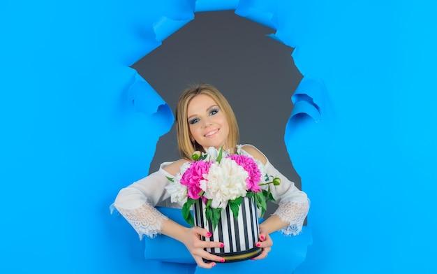 Femme avec bouquet de fleurs vacances fleurs présent valentines day womens day publicité ajouter