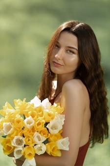 Femme, bouquet, ressort, fleurs, dehors