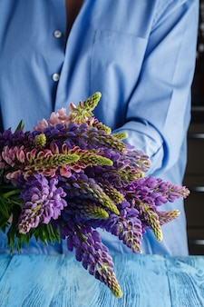 Femme, bouquet, sauvage, lupin, fleurs
