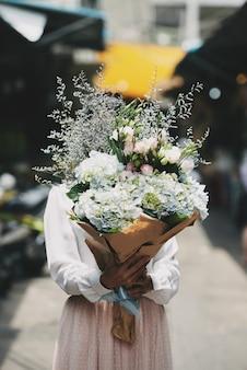 Femme avec bouquet