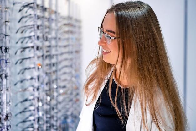 Femme en boutique de lunettes