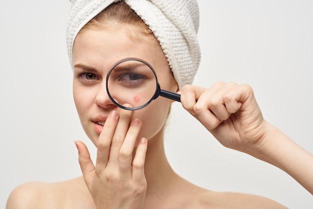 Femme avec un bouton sur le fond isolé de dermatologie du visage