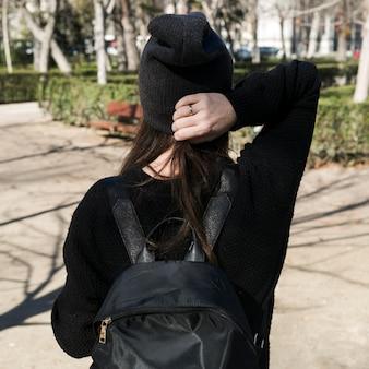 Femme branchée anonyme en noir