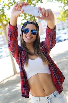 Femme en brassière faisant selfie