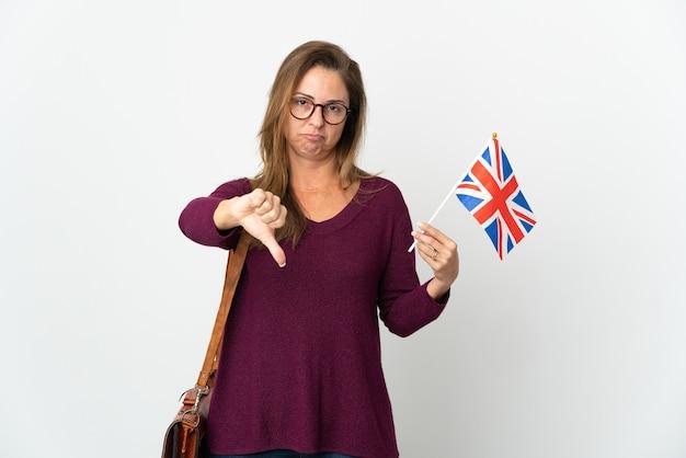 Femme brésilienne d'âge moyen tenant un drapeau du royaume-uni isolé