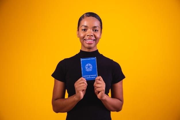 Femme brésilienne avec travail de papier et sécurité sociale, (carteira de trabalho e previdencia social)