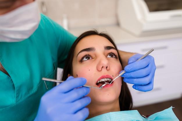 Femme, bretelles, dents, cabinet dentaire