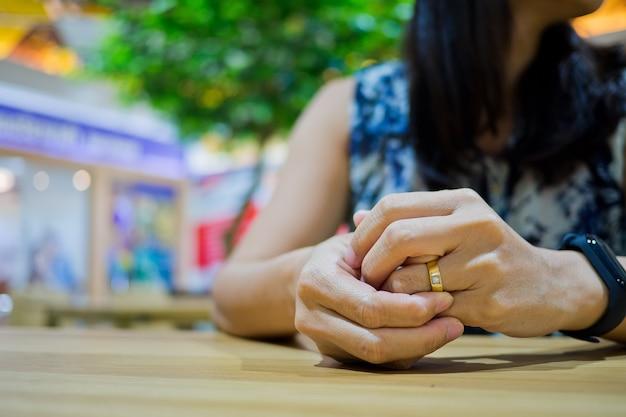 Femme brisée cœur avec anneau, se sentir triste, femme malheureuse