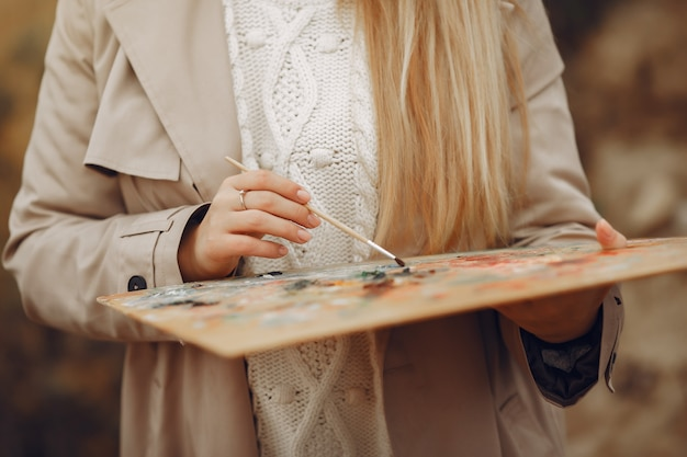 Femme, brun, manteau, peinture, champ