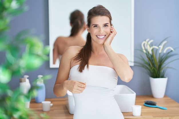 Femme brune adulte dans la salle de bain