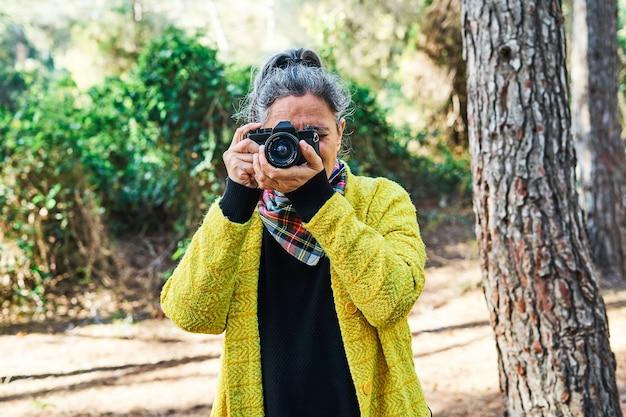 Femme brune d'âge moyen aux cheveux gris et veste jaune