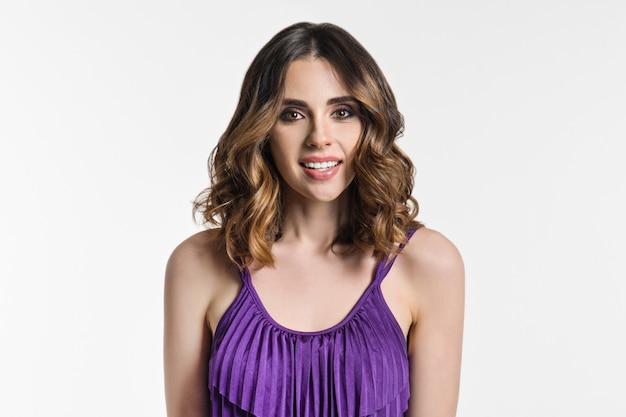 Femme brune aux cheveux longs, cheveux bouclés,