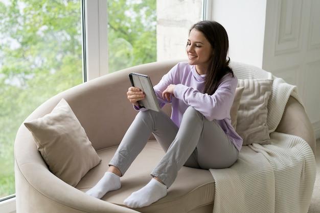 Femme brune ayant un appel vidéo à la maison