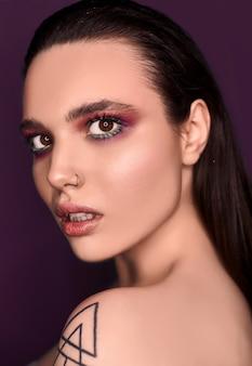 Femme brune belle mode maquillage lumineux