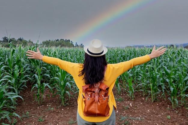 Femme brune bénéficiant d'une promenade sous un ciel incroyable