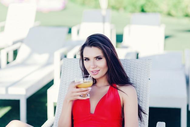 Femme brune avec du jus