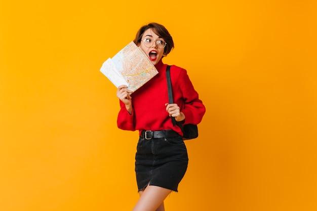 Femme brune heureuse tenant la carte