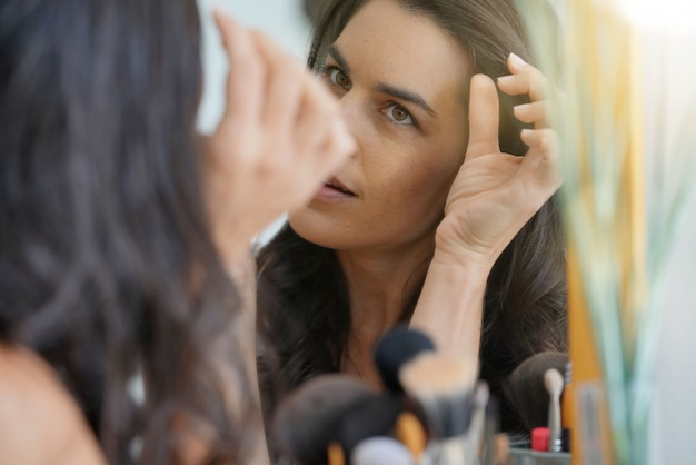 Femme brune inquiète pour ses cheveux