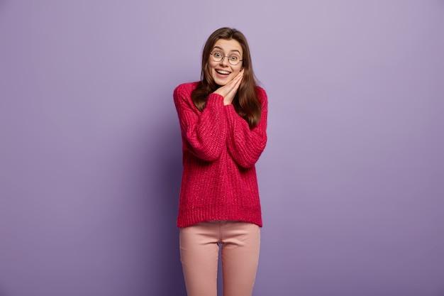 Femme brune portant un pull en tricot