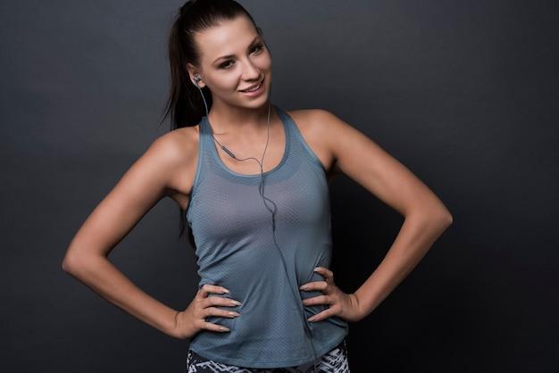 Femme brune portant des vêtements de sport