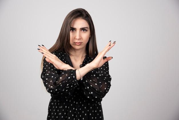 Femme brune en robe noire lui serrant la main pour la réponse.
