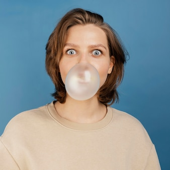 Femme avec bubble-gume