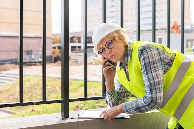 Femme builder sur le chantier