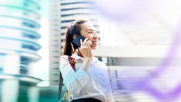 Femme de bureau asiatique
