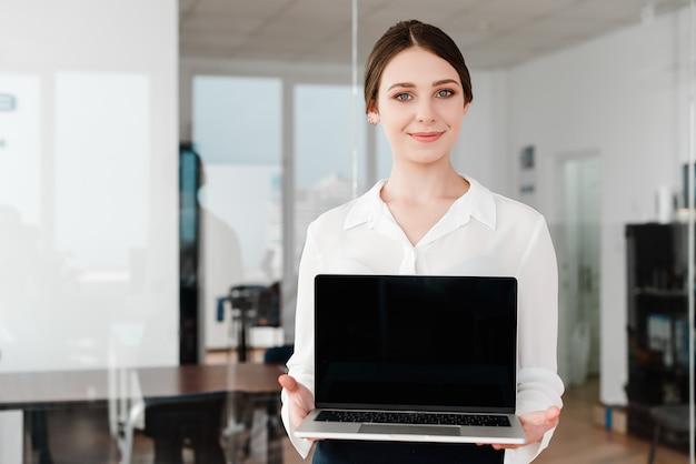 Femme, bureau, projection, ordinateur portable, écran