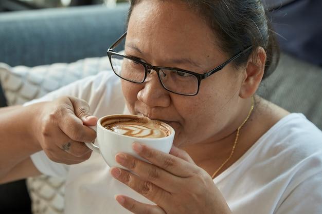 Femme buvant du café au café