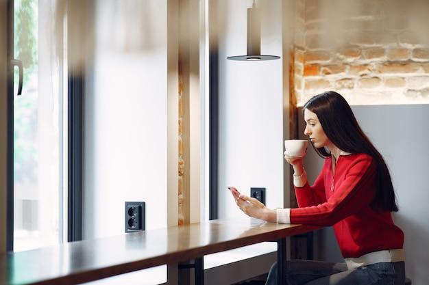 Femme buvant du café le matin au restaurant