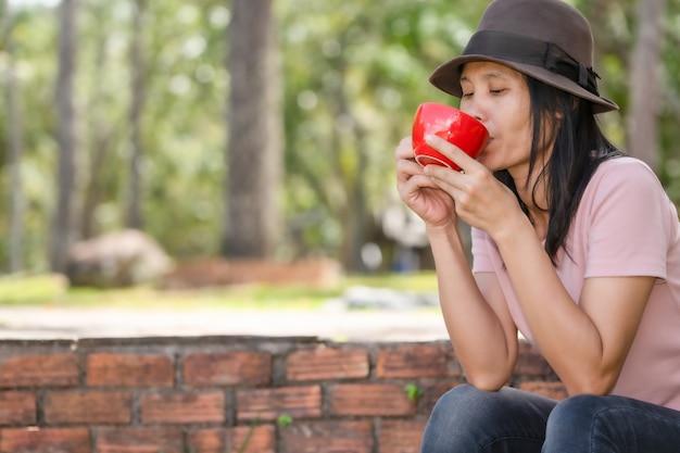 Femme buvant du café en plein air de belle nature sur les collines