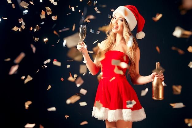 Femme buvant du champagne en confettis