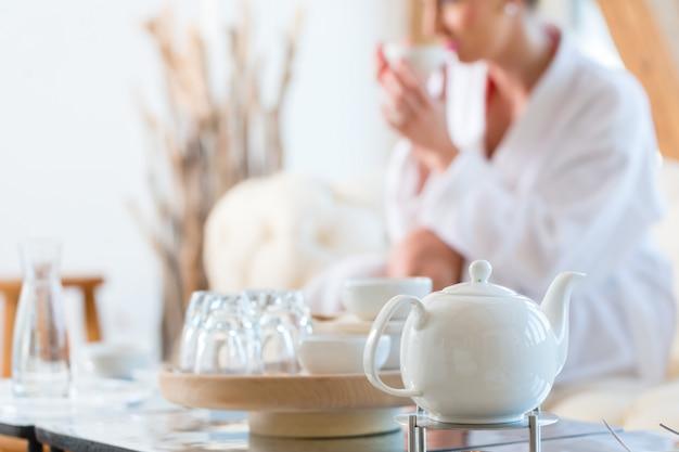 Femme buvant du thé dans un spa de bien-être