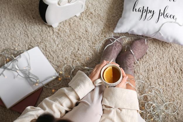 Femme buvant du thé à la maison. concept de saison de chauffage