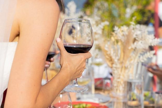 Une femme buvant du vin rouge