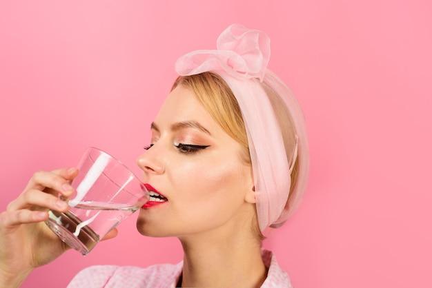 Femme buvant de l'eau dans le concept de l'eau potable du matin jeune femme buvant de l'eau perte de poids