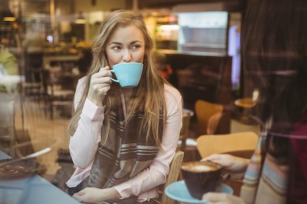 Femme buvant une tasse de café