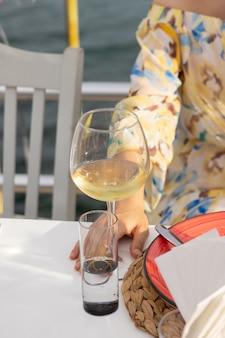 Une femme buvant un vin blanc