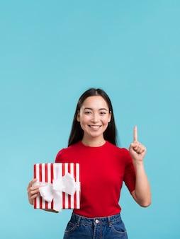 Femme avec cadeau bow et copie-espace