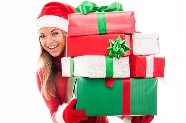 Femme avec des cadeaux de noël