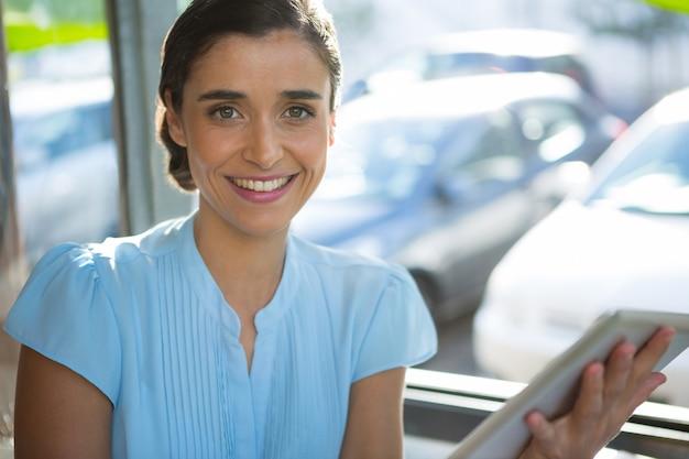 Femme cadre à l'aide de tablette numérique au café