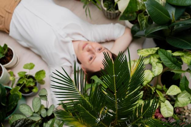 Femme avec cadre de plantes